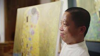 "Artist from Dafen/China visited Vienna to copy Klimt's ""The Kiss"""